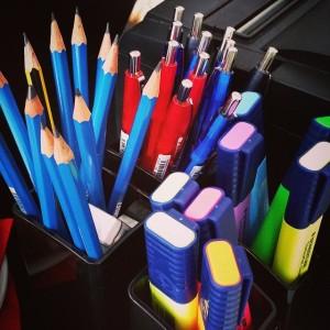 bur o bar kantoormateriaal: potloden, balpennen en fluostiften