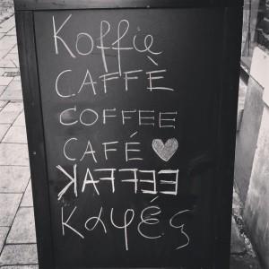 bur o bar koffie bord met koffie geschreven in zes talen: koffie, caffè, coffee, café, kaffee en Καφές