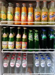 Dranken in bur o bar: koelkast met frisdranken en water