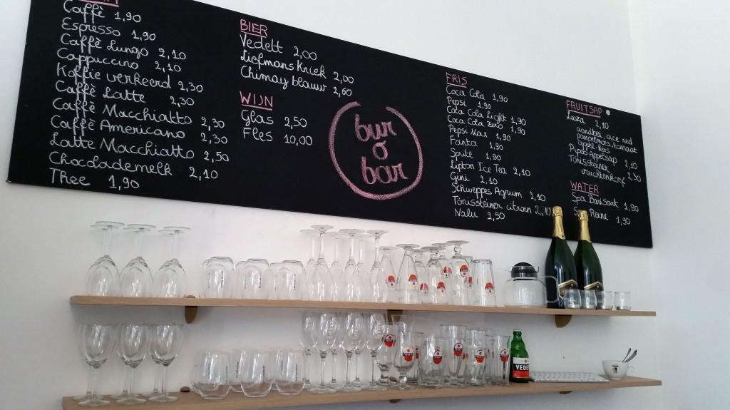 Dranken in bur o bar: toog en krijtbord